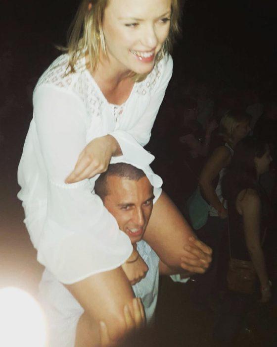 hombre cargando chica rubia