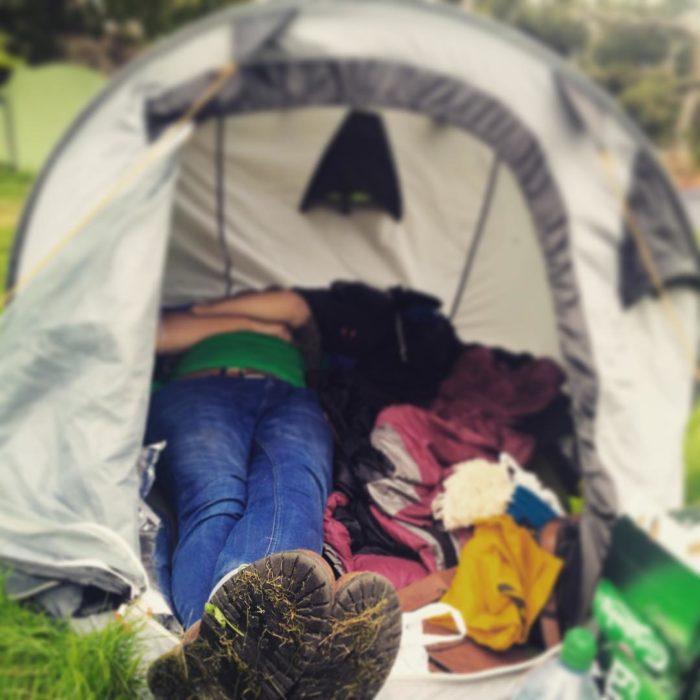 pareja dormida en casa de campaña