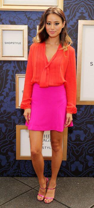 chica con falda rosa y blusa naranja
