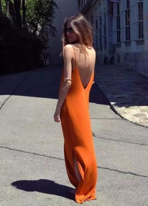 mujer con un vestido naranja