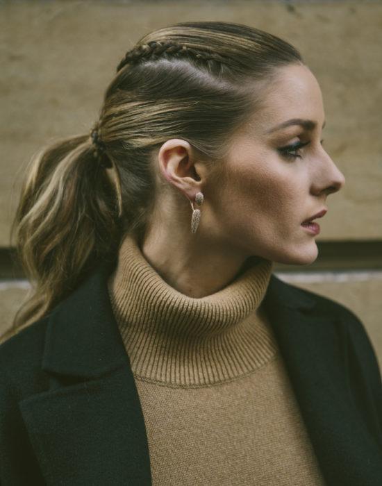 mujer rubia de perfil