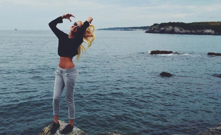 chica rubia junto al mar