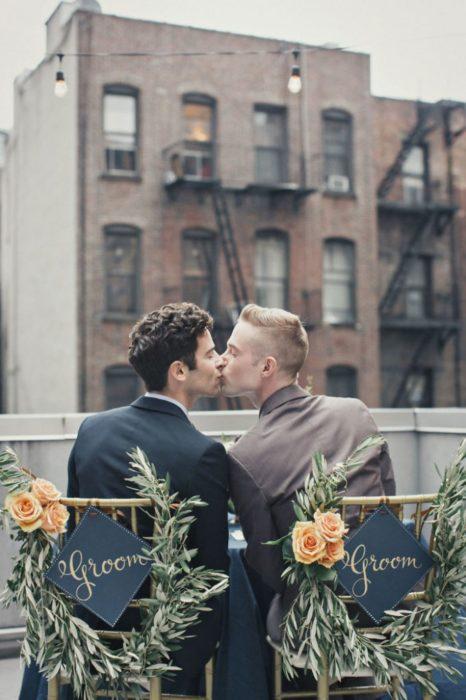 pareja recien casada besandose