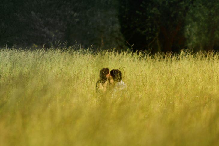 pareja campo de hierba