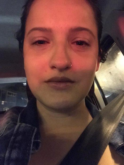 mujer seria en coche