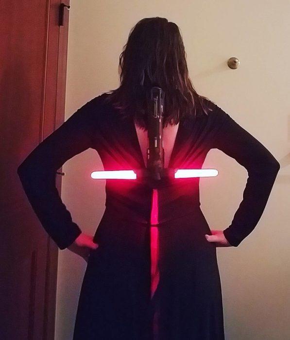 mujer con espada en la espalda
