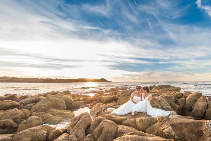 pareja de novias en las rocas