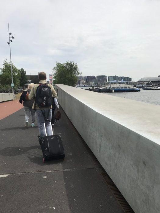 hombre maleta