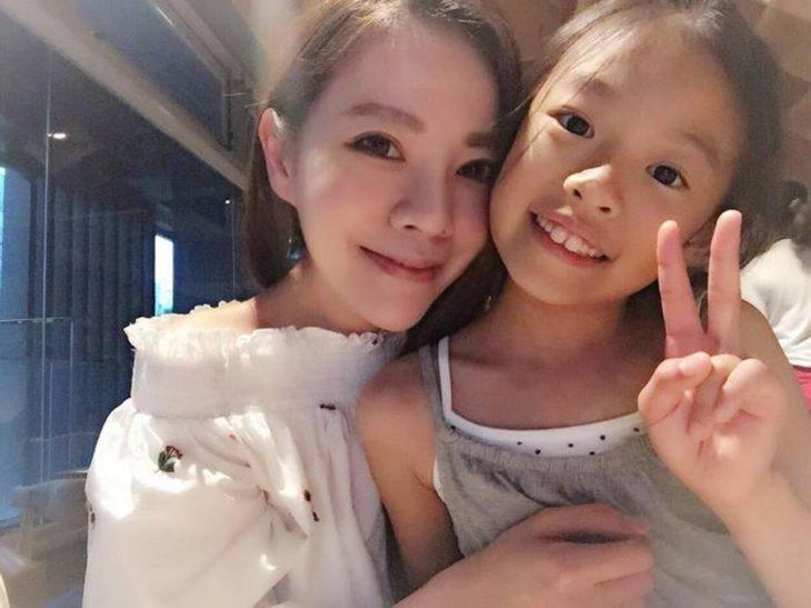 mujer y niña asiática