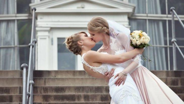 pareja besandose novias