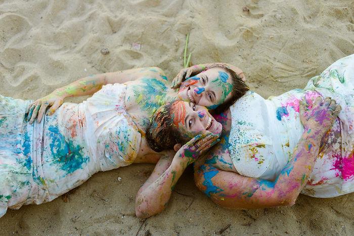 pareja de novias coloridas