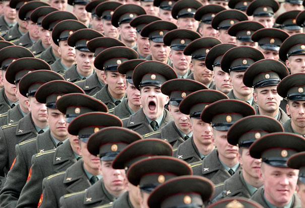 soldado bostezando