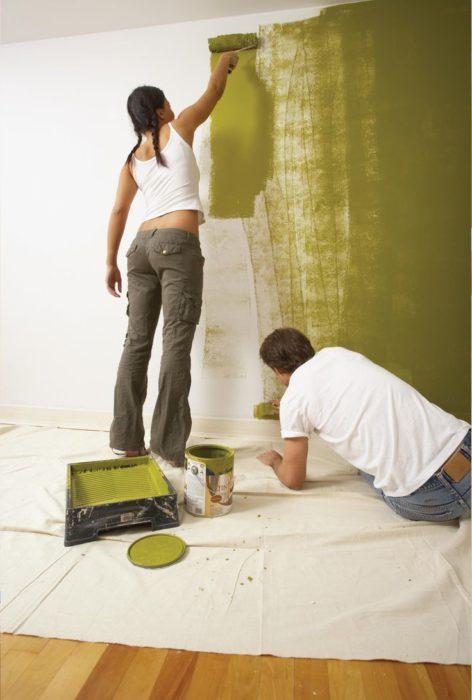 pareja pintando