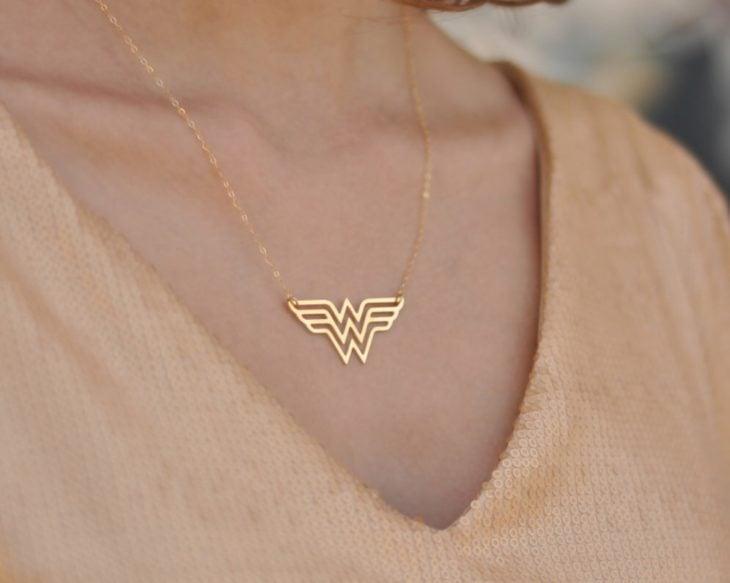 Cuello collar de mujer maravilla