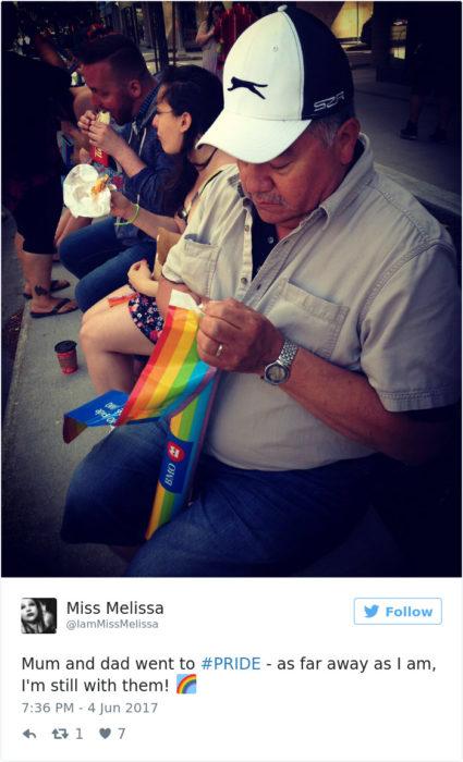 hombre con bandera orgullo gay