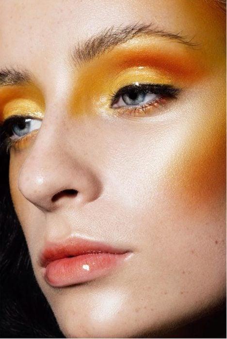 Chica usando blush amarillo