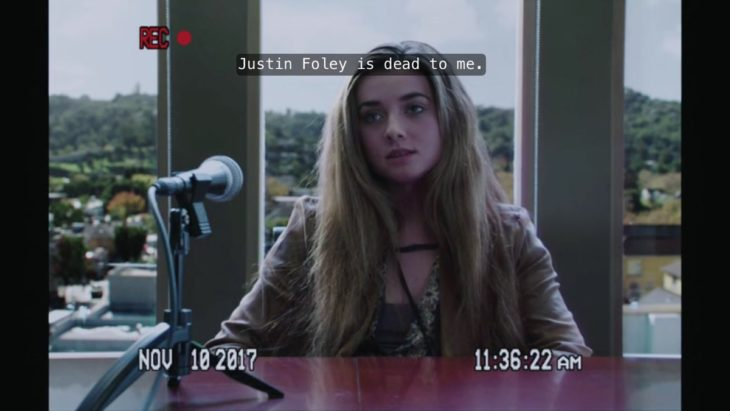 mujer rubia con microfono