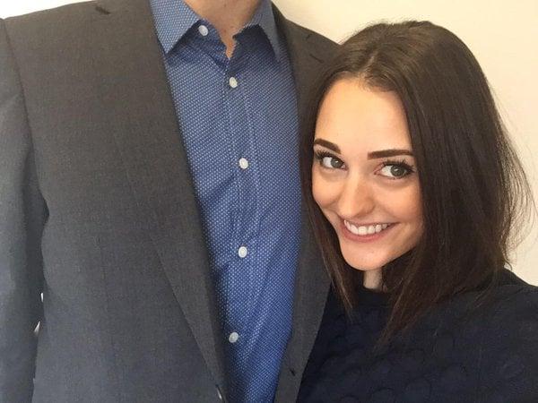 mujer sonriendo y hombre sin cara