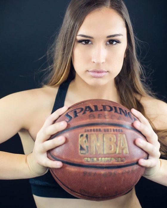 Chica que juega al fútbol americano
