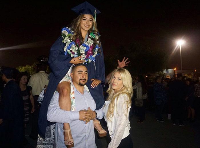 Chica recrea imagen de graduación de sus padres