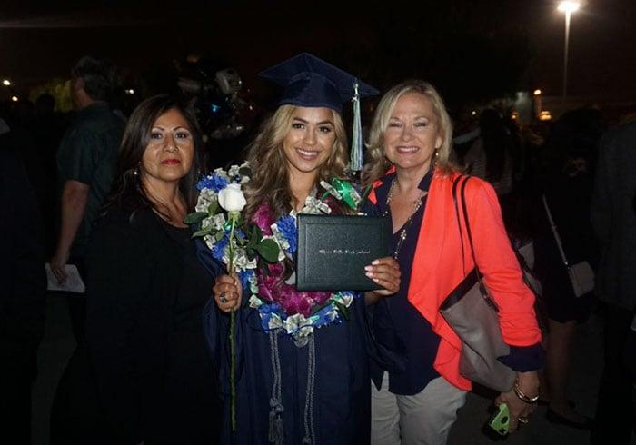 Madeline junto a su familia el día de su graduación