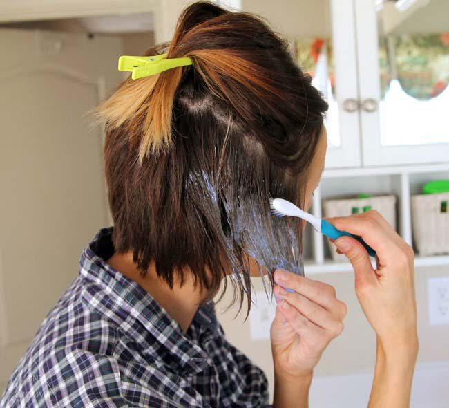 Chica teñiendo su cabello