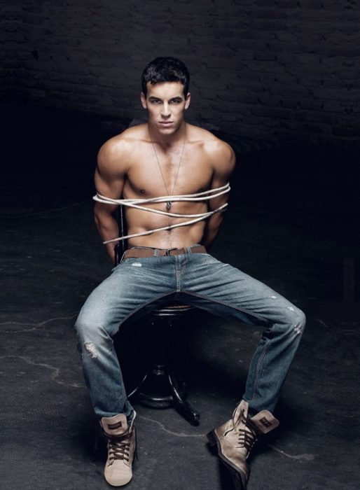 Mario Casas sin camisa