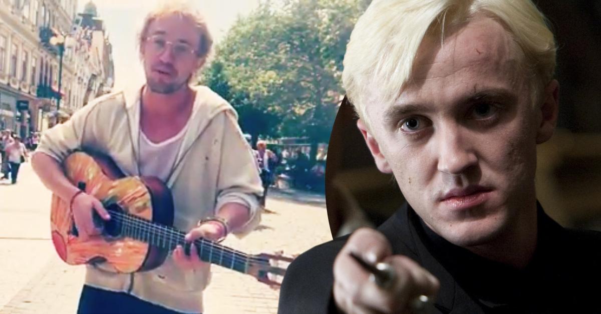 Draco Malfoy deja la magia y ahora toca guitarra en las calles de Praga; no podrás reconocerlo