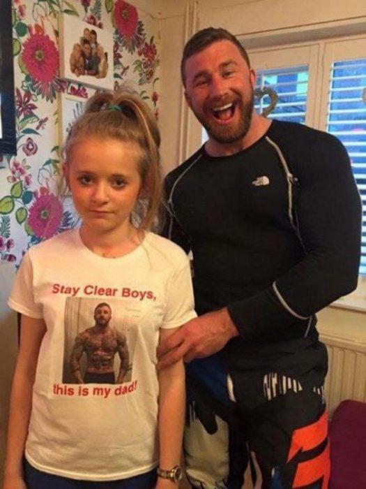 Papá celoso junto a su hija