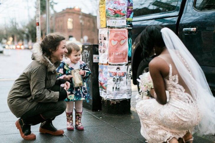 mujer con vestido de novia y niña