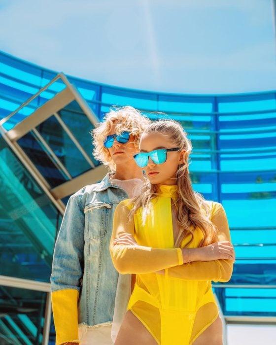 pareja con lentes de sol