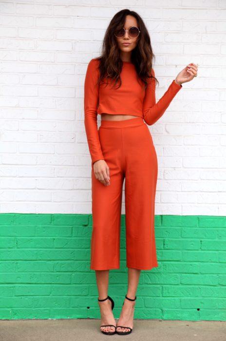 mujer con pantalon naranja