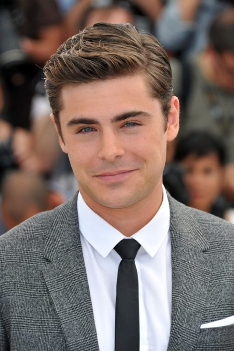 hombre con ojos azules y cabello corto sonriendo