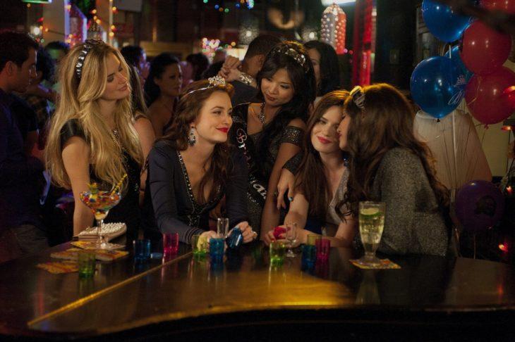 mujeres en una fiesta en bar