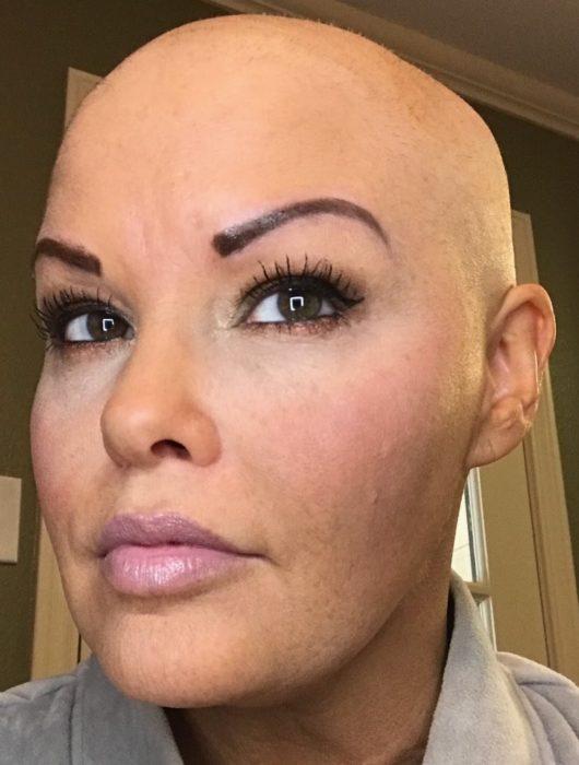Mujer que venció el cáncer celebrando