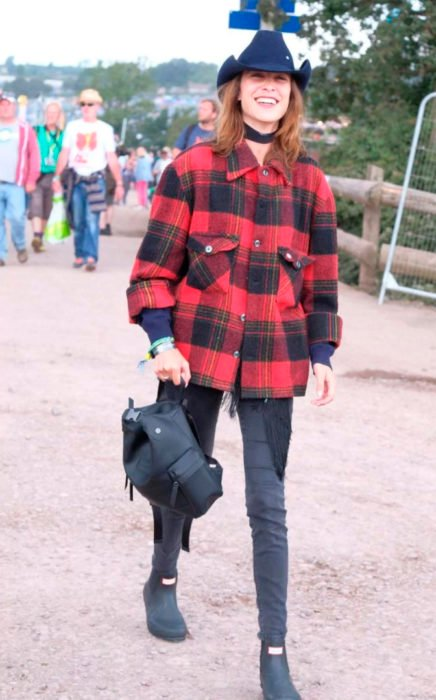 Chica usando una chaqueta de cuadros en un festival de música