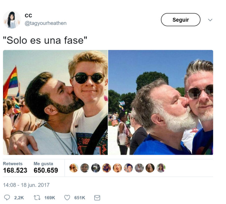 Pareja de homosexuaeles recreando una foto de hace 25 años