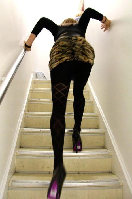 chica subiendo escaleras