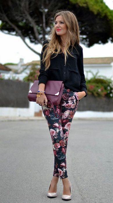 Chica usando Leggings estampados