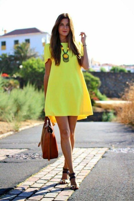 Chica usando un vestido color neón