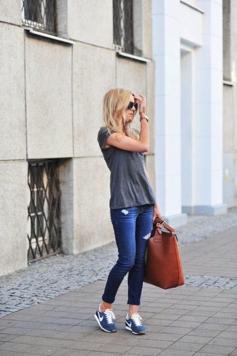 Chica usando zapatillas deportivas