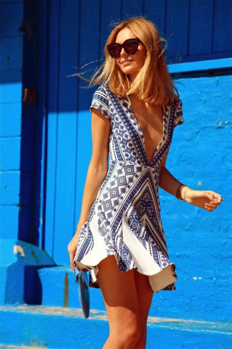 Chica usando un vestido con escote profundo