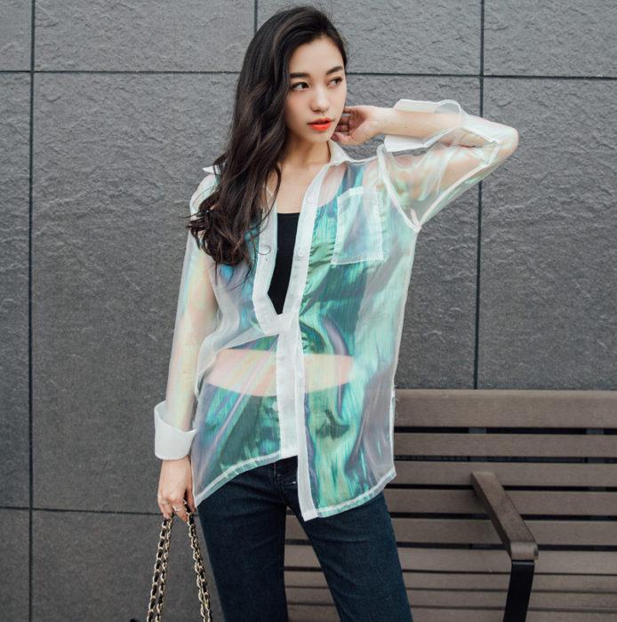 Chica con una chaqueta transparente