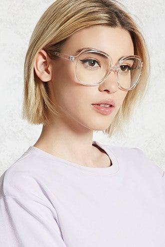 Chica usando lentes transparentes