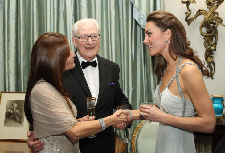 Kate Middleton saludando de mano a otra persona