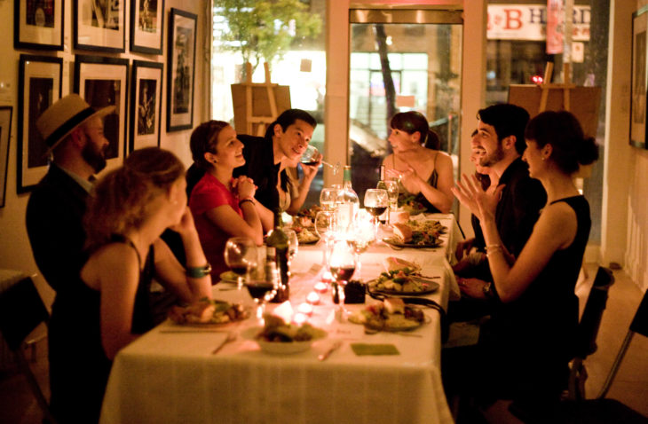 Personas durante una cena