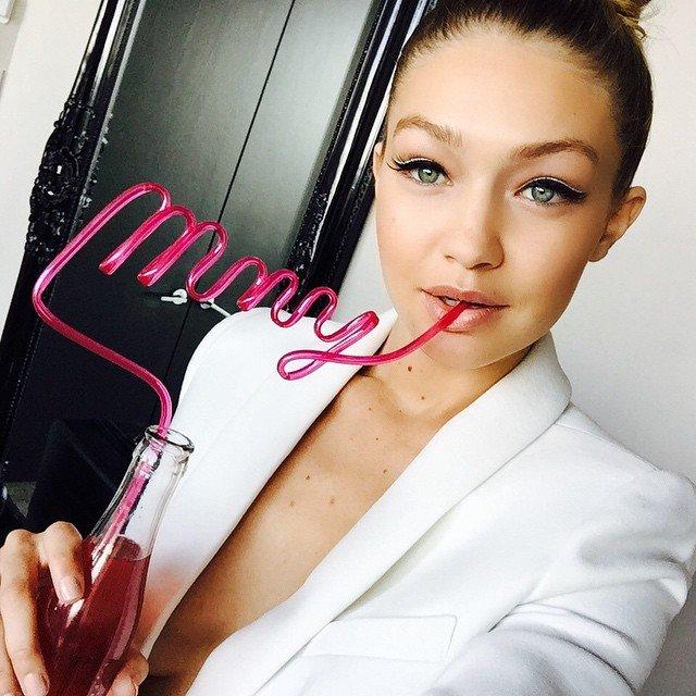 Gigi Hadid bebiendo refresco con un popote