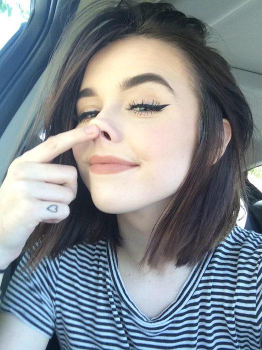 Chica tomándose una selfie divertida