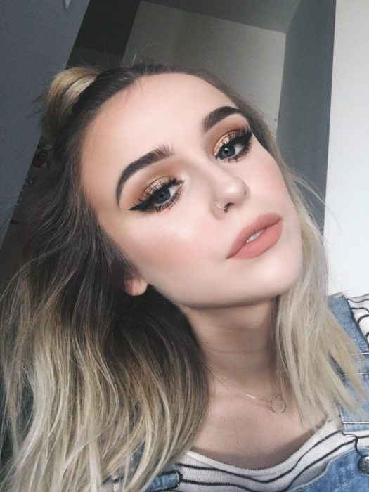 Chica con los labios entreabiertos