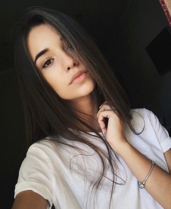 Chica con el rostro serio